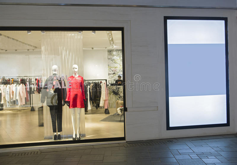 En klänning shoppar royaltyfri foto
