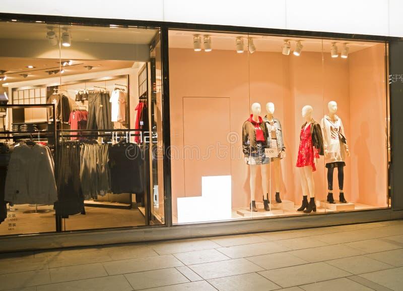 En klänning shoppar fotografering för bildbyråer