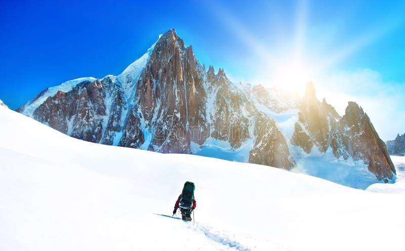 En klättrare som når toppmötet royaltyfri bild