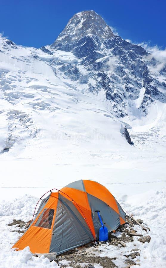 En klättrare som två når toppmötet arkivbilder