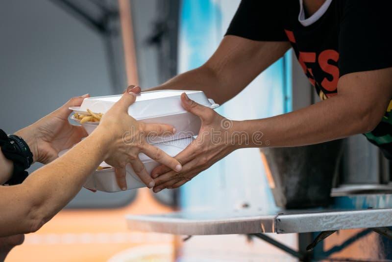 En Klanten die van de voedselvrachtwagen kopen de eten stock foto's