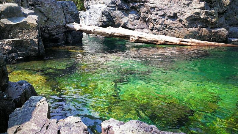 En klar flod gillar jade royaltyfria foton