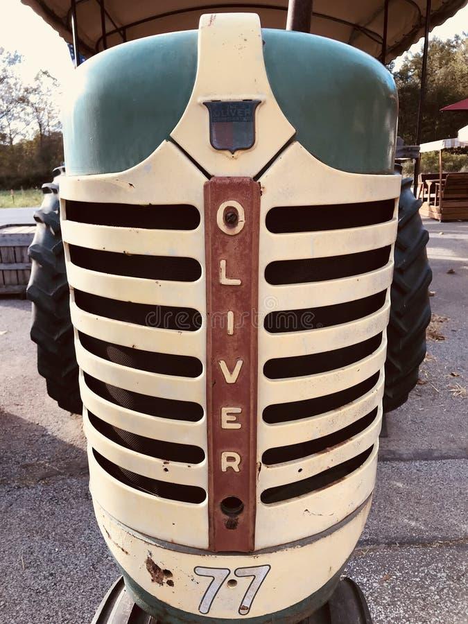 En klassisk gammal traktor utomhus i halvön - OHIO arkivbild