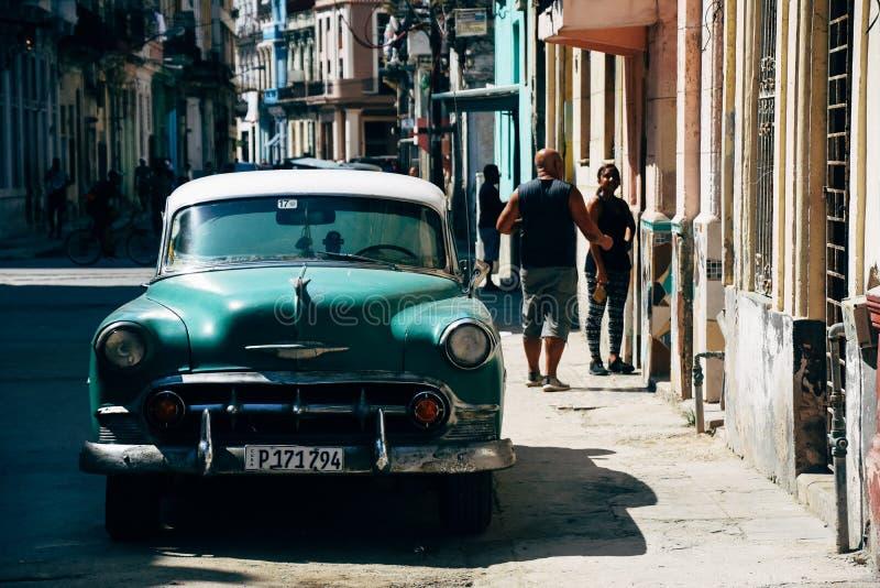 En klassisk grön bil som parkeras på vägen i havannacigarren, Kuba royaltyfria bilder