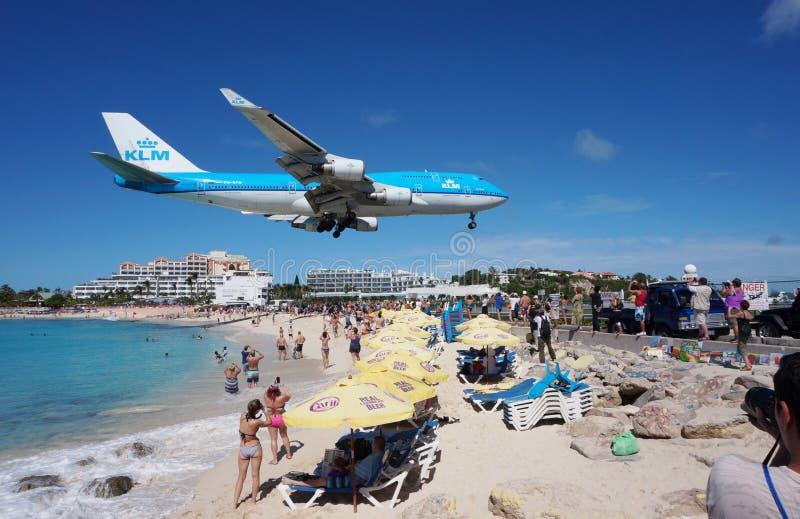 EN KLM Boeing 747 landar över Maho Beach i St Martin royaltyfri bild