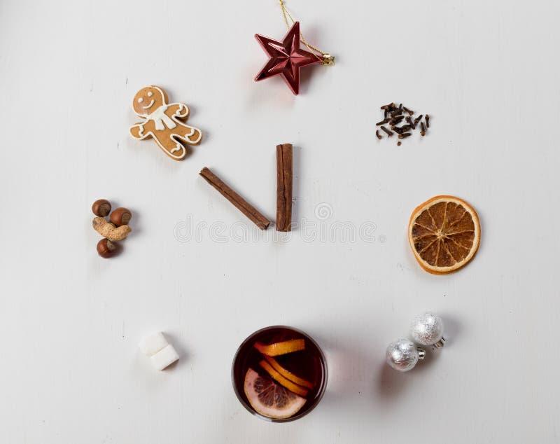 En klocka i form av kryddan för funderat vin Begrepp idérikt arbete Tid som lagar mat funderat vin Top beskådar spelrum med lampa arkivfoton