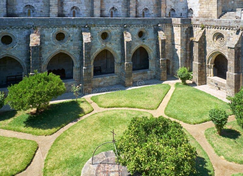 En kloster och den inre borggården av domkyrkan (Se) av Evora portugal royaltyfria bilder
