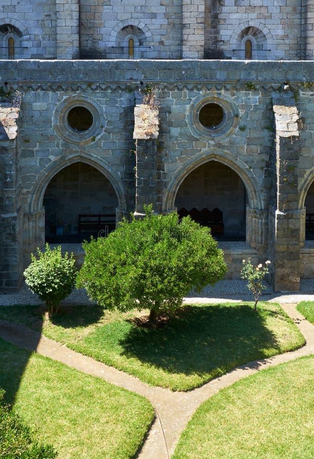 En kloster och den inre borggården av domkyrkan (Se) av Evora portugal arkivbild