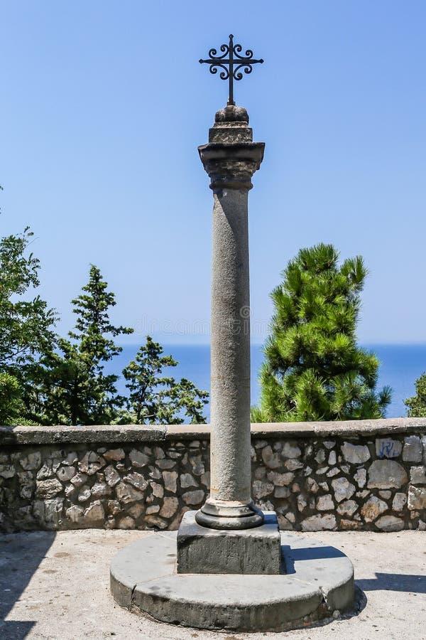 En kolonn med ett kors Dragning Vico Equense arkivbild