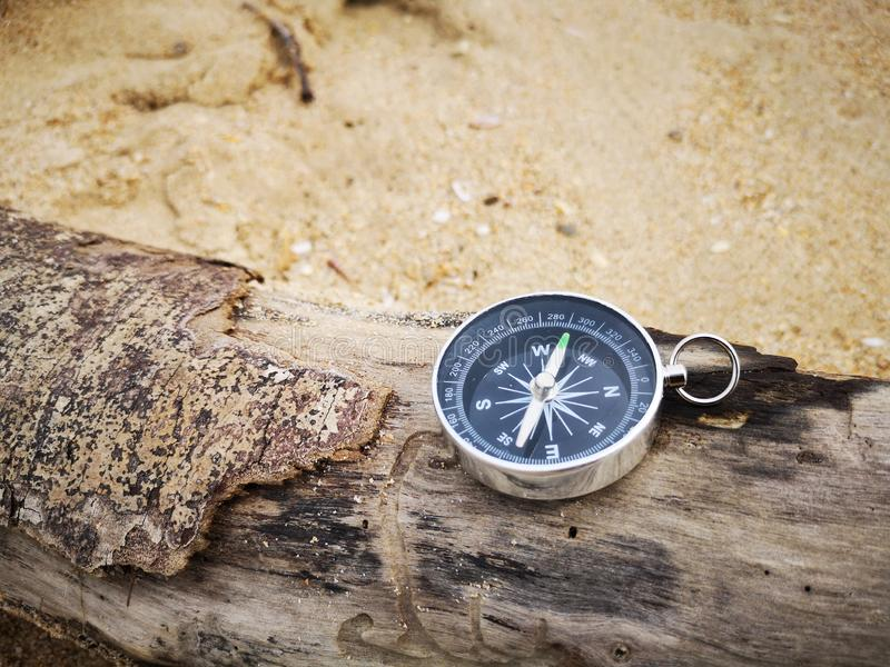 En kompass som visar riktningspunkten till norden, n?gra personer, anv?nder f?r fengshui ocks? som ?r bekant som kinesisk geomanc royaltyfria bilder