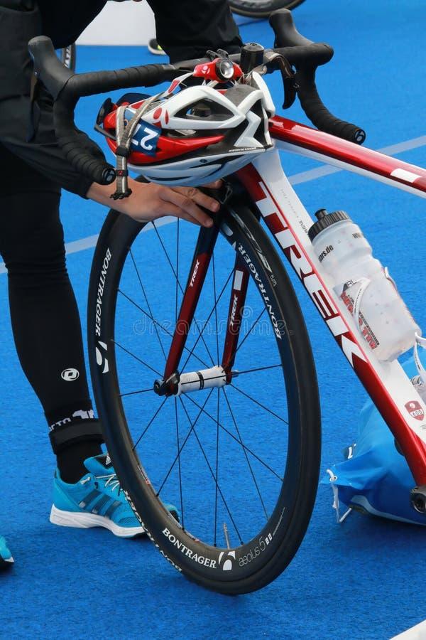 En konkurrent förbereder den förberedda cykeln för triathlon arkivbilder