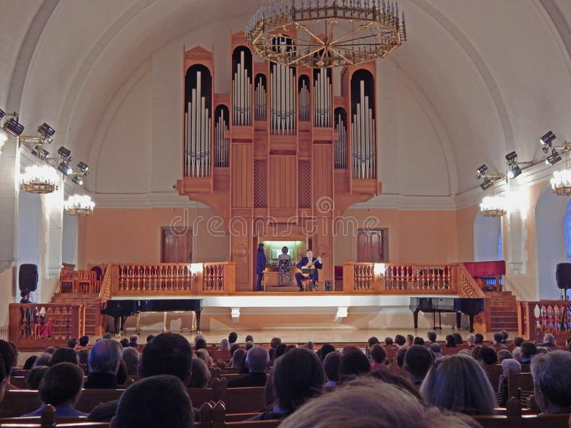 En konsert för rörorgan i en Arkhangelsk kyrka, Ryssland arkivbilder