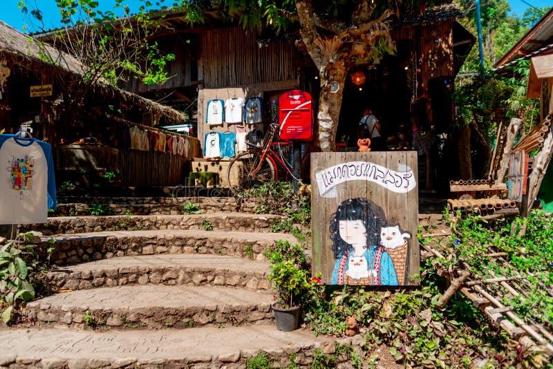 En konstgalleri och en souvenir shoppar i den Maekampong byn, Chiang Mai royaltyfri foto