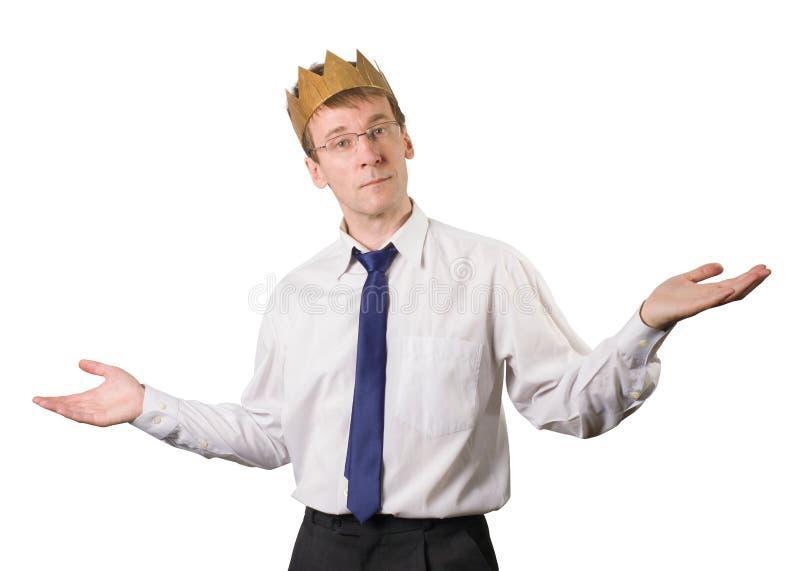En kontorsarbetare med en krona på hans huvud tillfredsställs med arbetet Saker går utmärkt isolerat arkivbild