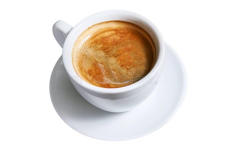 En kopp av av Americano kaffe på ett tefat som isoleras på vit bakgrund arkivbilder