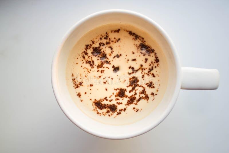 En kopp av cappuccino- eller vaniljLatte arkivbild