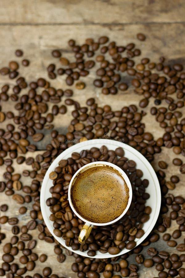 En kopp av cappuccino på en trätabell royaltyfri foto