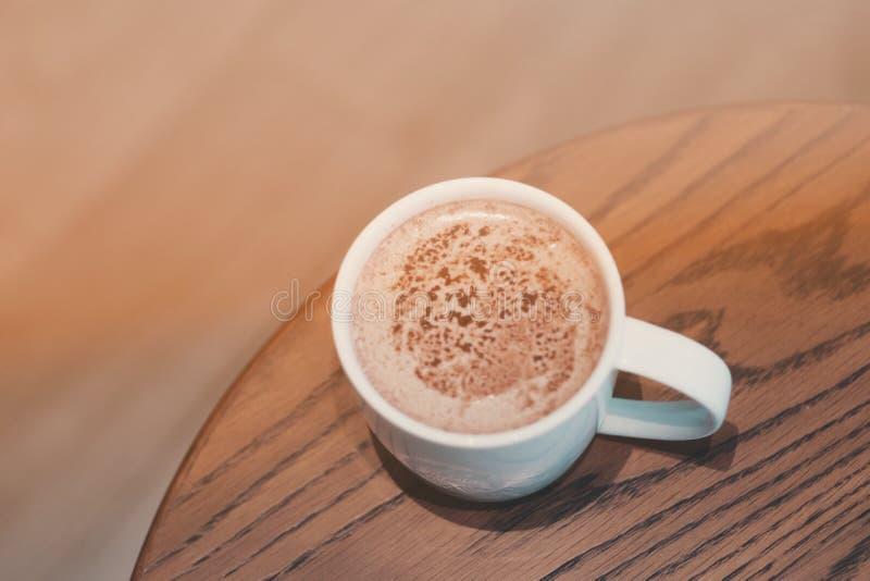 En kopp av choklad mjölkar i kafét royaltyfri bild