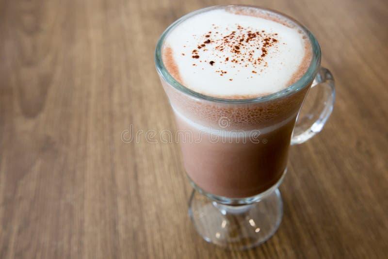 En kopp av choklad på trätabellen arkivfoton