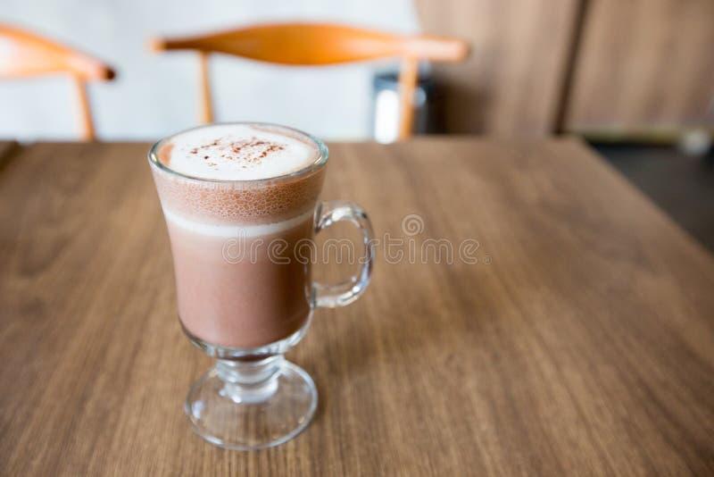 En kopp av choklad på trätabellen royaltyfria bilder