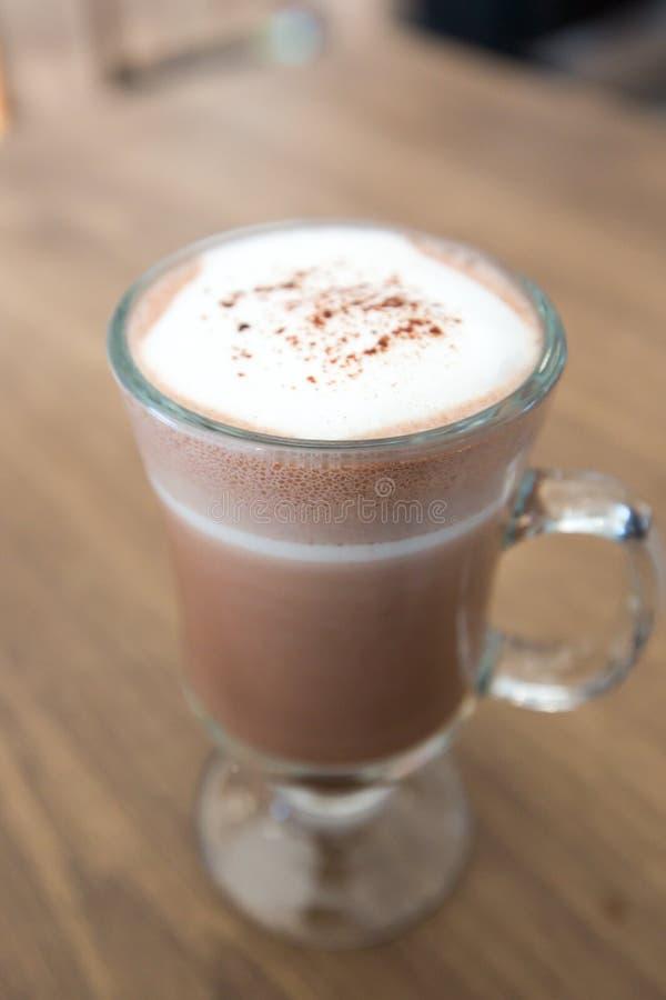 En kopp av choklad på trätabellen royaltyfria foton