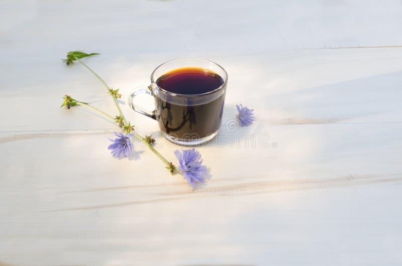 En kopp av cikorien med viktig på yttersidan och reflexionen arkivfoto