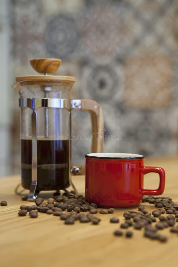 En kopp av kaffe på tabellen arkivbilder