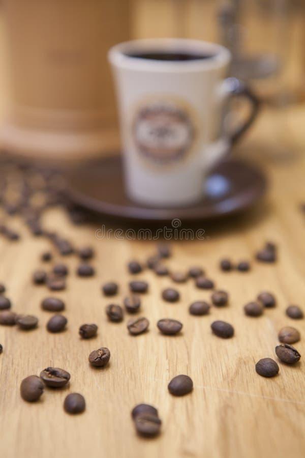 En kopp av kaffe på tabellen arkivfoto