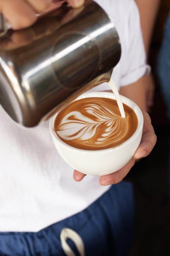 En kopp av lattekonstkaffe förestående royaltyfri fotografi