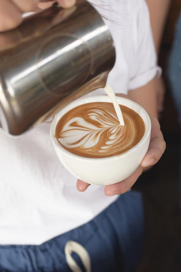En kopp av lattekonstkaffe förestående royaltyfria foton