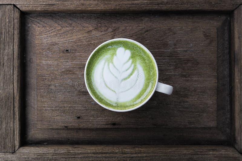 En kopp av matchalatte för grönt te arkivfoton
