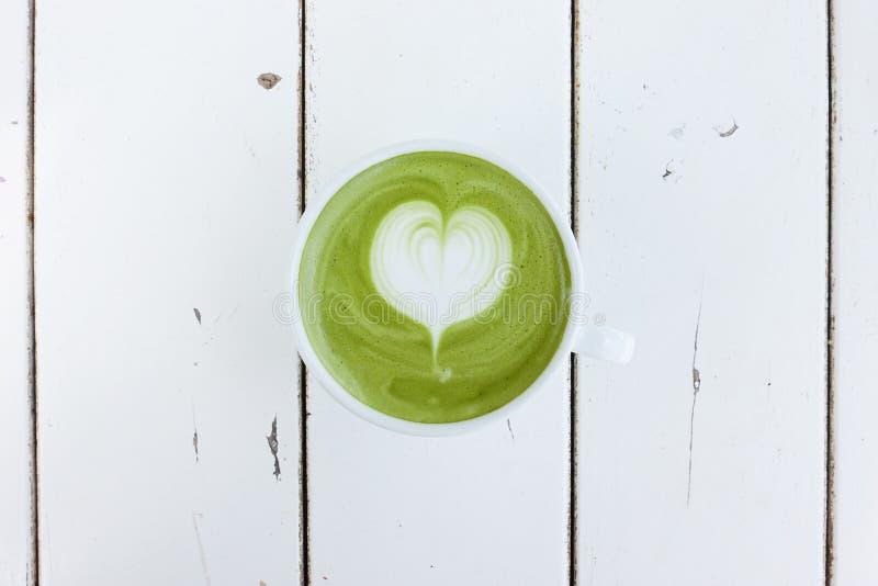 En kopp av matchalatte för grönt te royaltyfria bilder