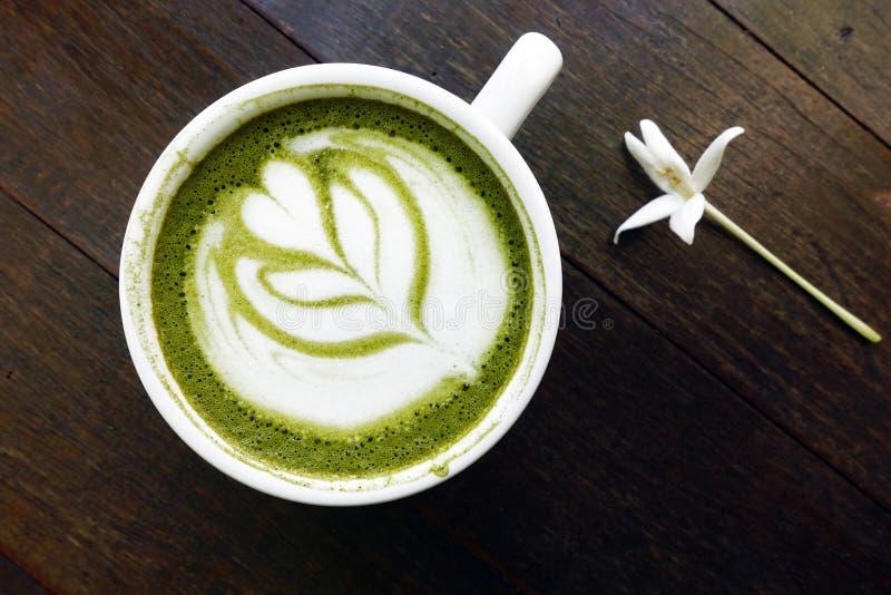 En kopp av matchalatte för grönt te royaltyfri bild