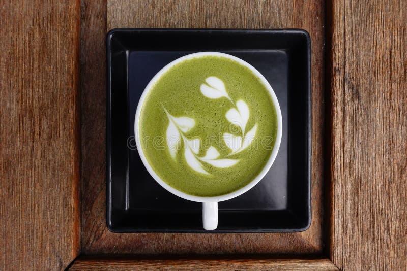 En kopp av matchalatte för grönt te arkivbilder