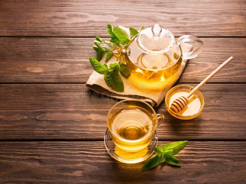 En kopp av nytt varmt te med mintkaramellen på en mörk träbakgrund äta för begrepp som är sunt kopiera avstånd arkivbilder
