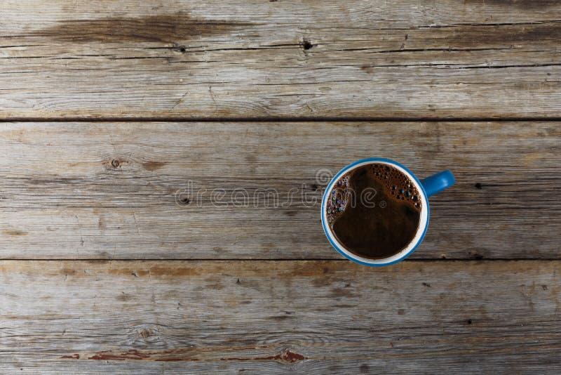 En kopp av svart kaffe på en trätabell ovanför sikt royaltyfria foton