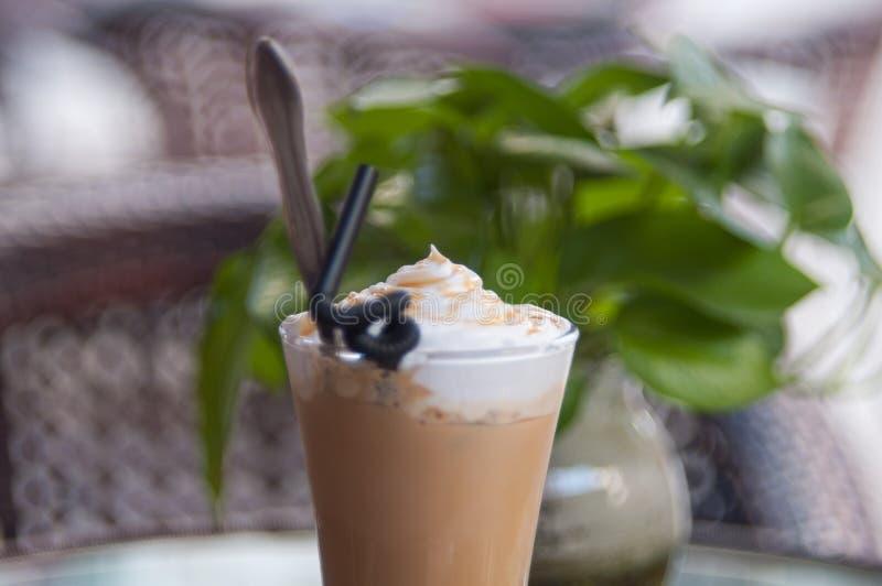 En kopp kaffeöverkant arkivfoto