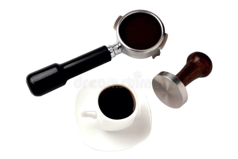 En kopp kaffe ett kaffehorn med naturligt jordkaffe och humör på en vit bakgrund royaltyfria bilder