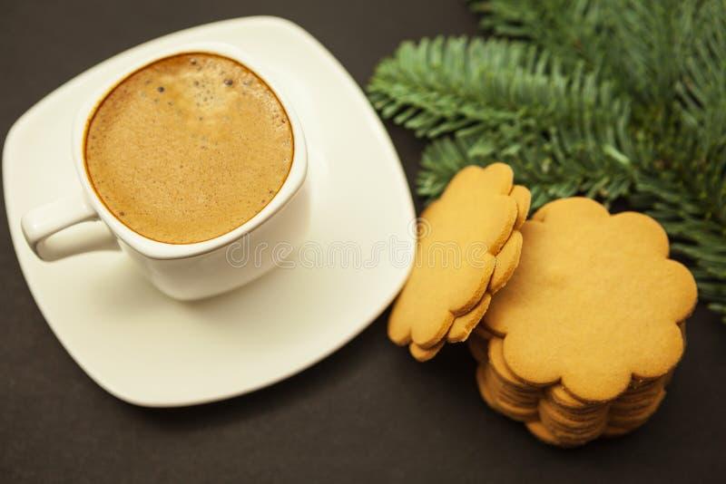 En kopp kaffe med mjölkar crema- och ingefärakakor, julmorgon royaltyfria foton