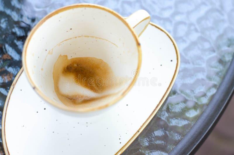 En kopp kaffe med skum på väggarna av krukan royaltyfri foto
