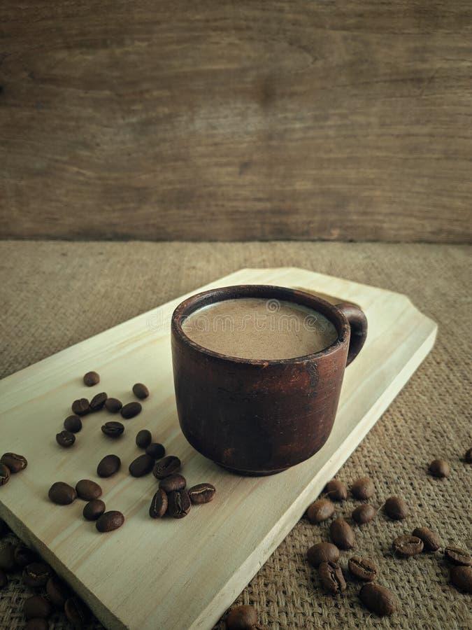 En kopp kaffe mjölkar i morgonen arkivfoton