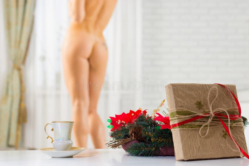 En kopp kaffe och en julklapp på bakgrunden av ett n royaltyfri bild