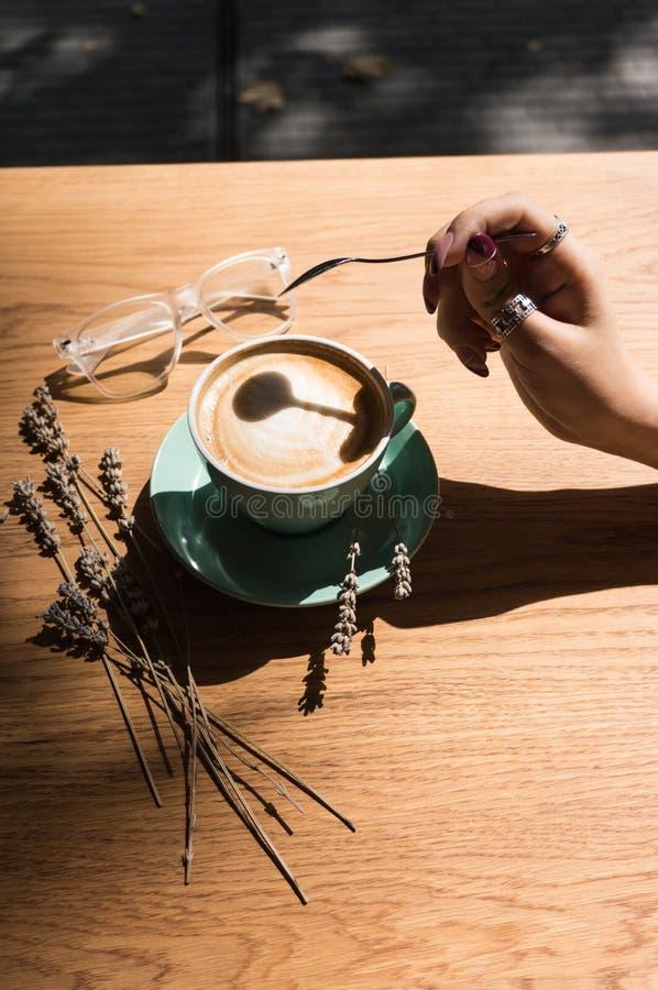 En kopp med en varm drink bästa sikt för kaffekopp på tabellen i kafé royaltyfria foton