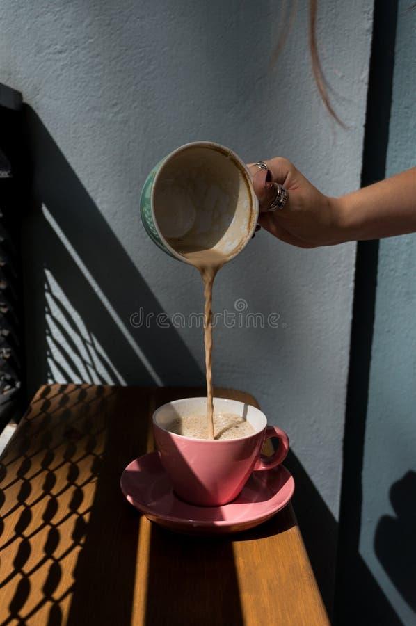 En kopp med en varm drink bästa sikt för kaffekopp på tabellen i kafé royaltyfri fotografi