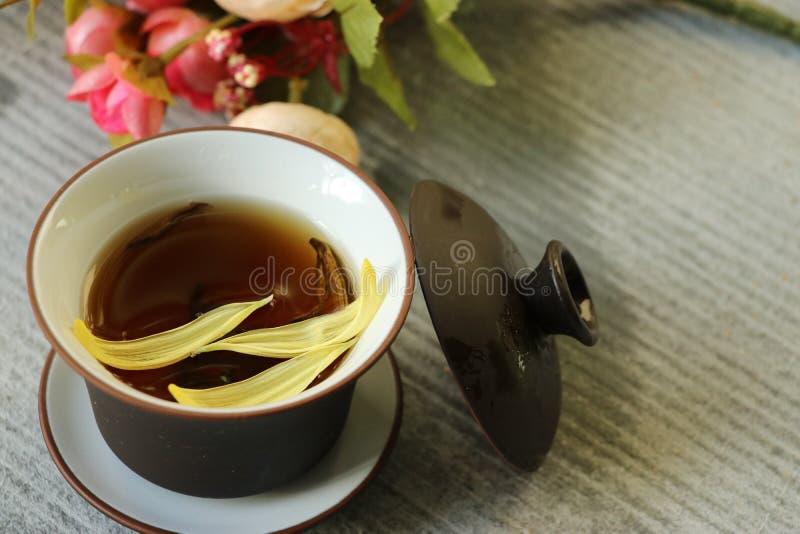 En kopp te, en kopp av blommate, i den gråa bakgrunden! arkivbilder