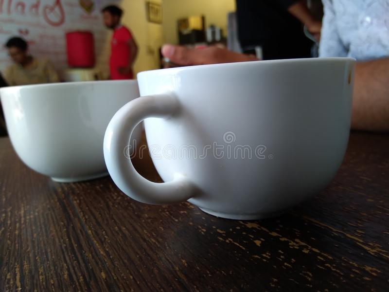 En kopp te eller ett kaffe arkivfoton
