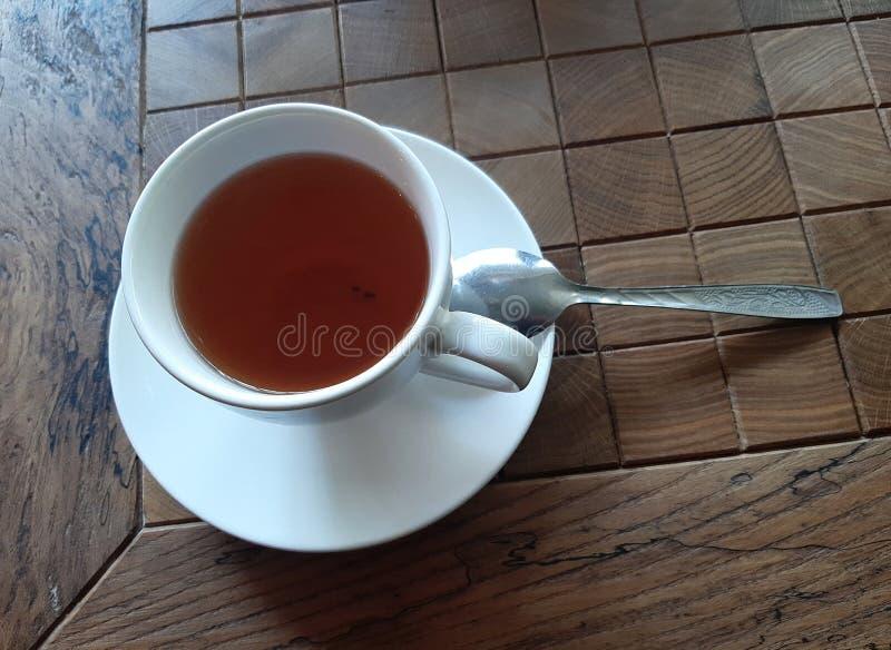 En kopp te med en tesked p? en tr?tabell i ett kaf? Ryssland Sochi 05 04 2019 royaltyfria foton
