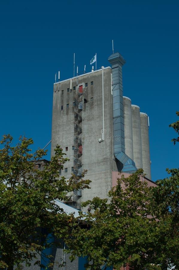 En kornsilo i korsor i Danmark arkivfoton