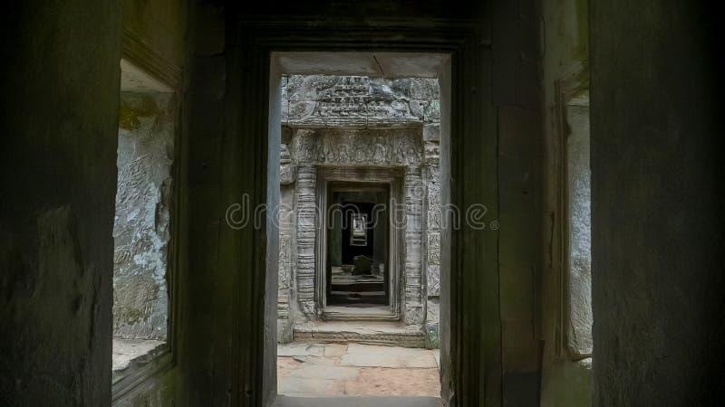 En korridor av den preahkhan templet nära Angkor Wat royaltyfria foton