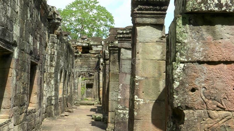 En korridor i templet fördärvar på den banteay kdeien, Angkor Wat arkivfoto